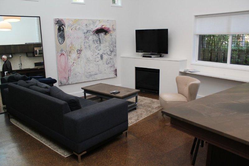 STUNNING, CLEAN AND COZY 1 BEDROOM, 1 BATHROOM APARTMENT - Image 1 - Shoreline - rentals