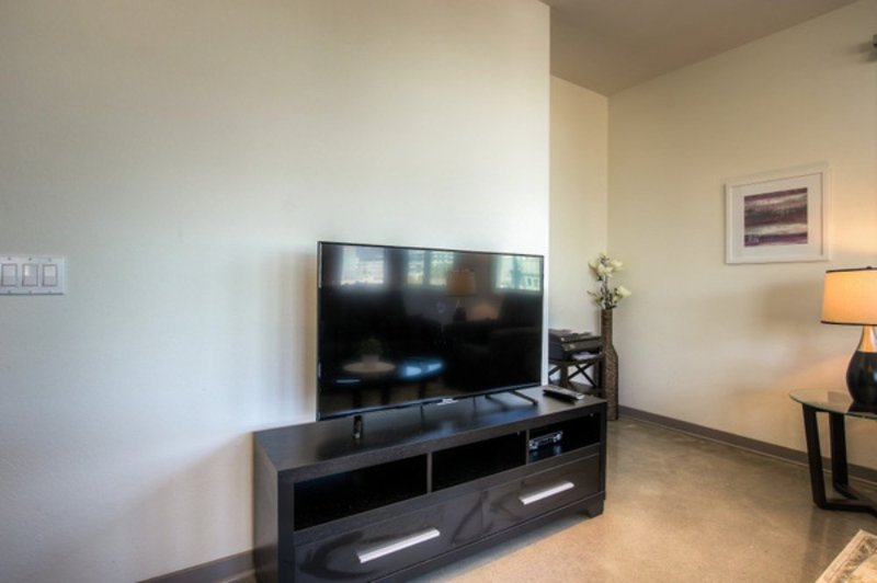 SPACIOUS AND BEAUTIFUL FURNISHED 3 BEDROOM 2 BATHROOM APARTMENT - Image 1 - Glendale - rentals