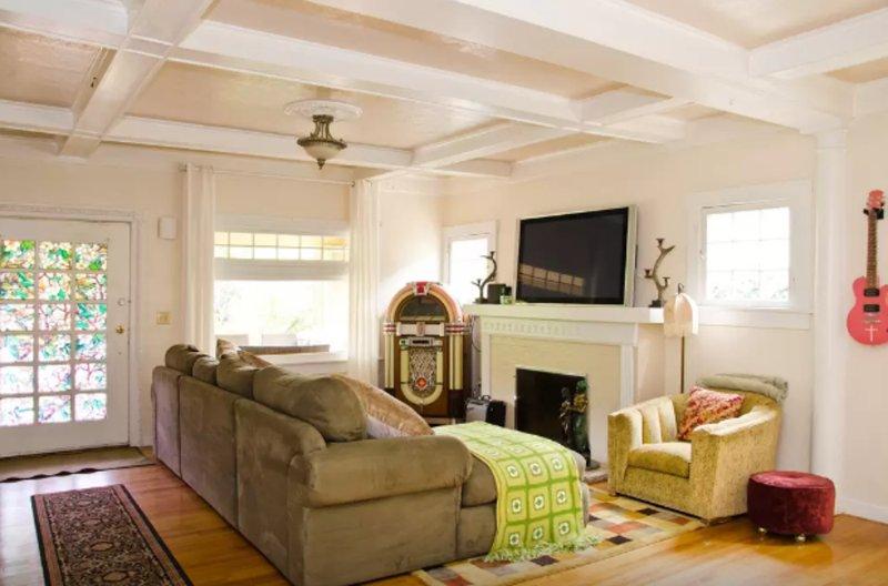 Furnished 3-Bedroom Apartment at Tamarind Ave & Chula Vista Way Los Angeles - Image 1 - Los Angeles - rentals