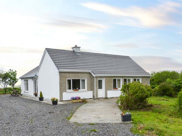 THOMAS' COTTAGE, all ground floor, solid fuel stove, pet-friendly, WiFi, in Claddaghduff, Ref 937884 - Image 1 - Claddaghduff - rentals
