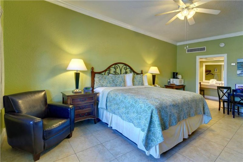 Beachside Inn - 1 King Bed - Image 1 - Destin - rentals