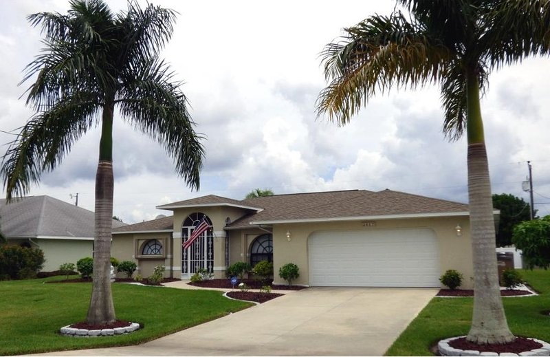 Front of home - Gorgeous Home! Heated Pool, Beautifully Remodeled. - Cape Coral - rentals