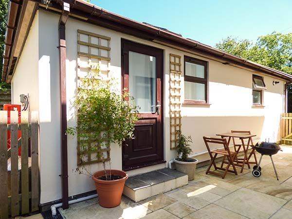 ORCHARD LODGE, all ground floor, pet-friendly, shared garden, woodburner, WiFi, near Tywardreath,Ref 922818 - Image 1 - Tywardreath - rentals