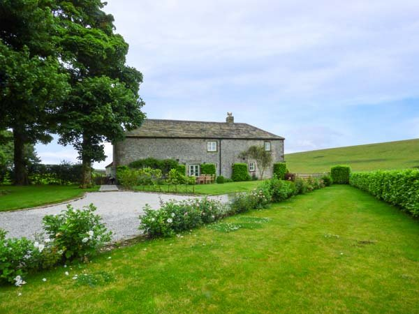 STERNDALE BARN stunning stone barn, countryside views, woodburning stove, WiFi, Longnor Ref 933489 - Image 1 - Longnor - rentals