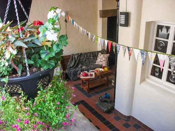 1 DALEBROOK VIEW, apartment, pet-friendly, terrace, WiFi, near Eyam Ref 930686 - Image 1 - Eyam - rentals