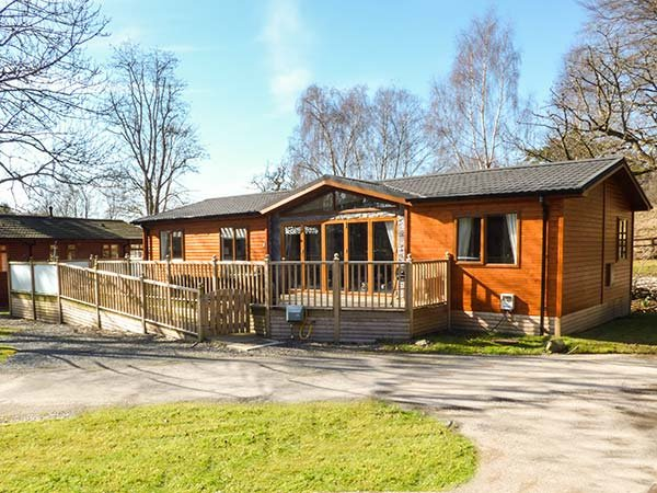 9 WATERSIDE WOOD, detached, ground floor, hot tub, leisure facilities, in Troutbeck Bridge, Ref 934298 - Image 1 - Troutbeck Bridge - rentals