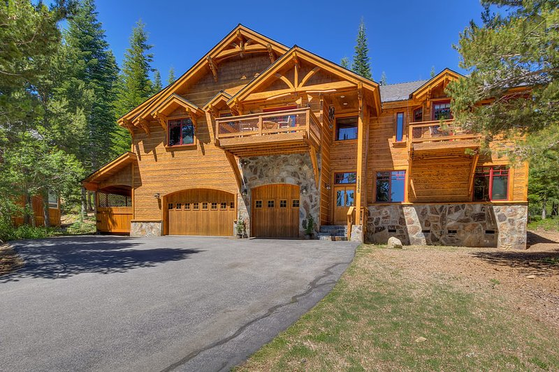 The King's Court welcomes you for your soon-to-be favorite vacation. - Beautiful home with private hot tub, outstanding decks and log cabin feel - The King's Court - Truckee - rentals