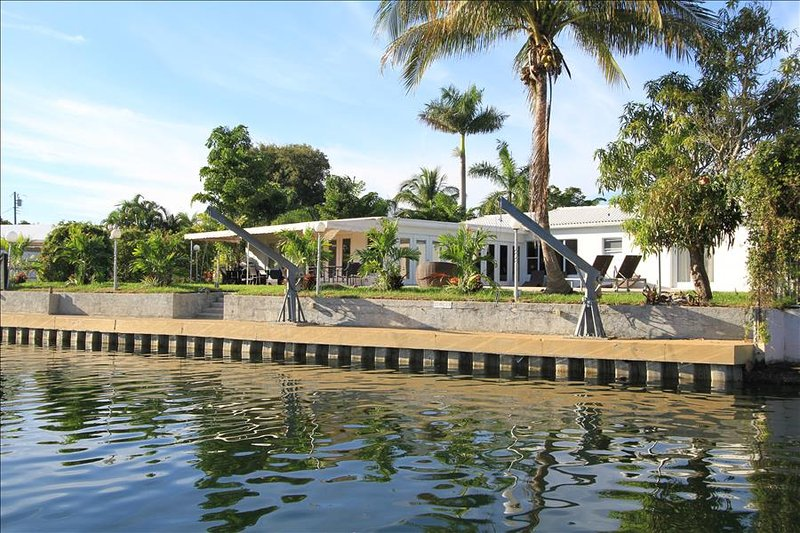 Miami Beach, Waterfront,Feb 8 to Feb 28 $2200/wk- Mar 1 to Mar 31 $2800/wk - Image 1 - Miami Beach - rentals