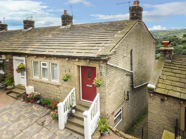GINNEL CORNER, woodburner, flexible sleeping, WiFi, pet-friendly cottage in Golcar, Ref. 931805 - Image 1 - Huddersfield - rentals
