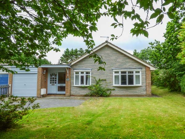 TREDERWEN, traditional bungalow, woodburner, dogs welcome, enclosed garden, in Rhayader, Ref 932186 - Image 1 - Rhayader - rentals