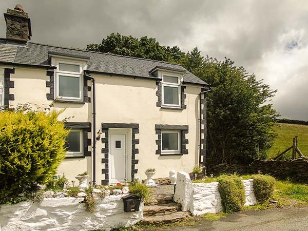 BWTHYN CELYN, double-fronted cottage, open fire, dog friendly, hillside views, Cerrigydrudion, Bala, Ref 936148 - Image 1 - Bala - rentals