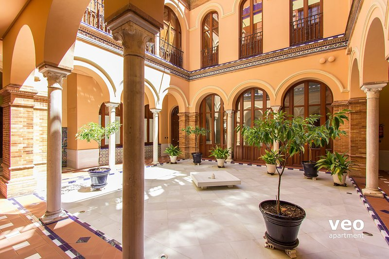 Patio of the house. The facing 3 large arched doors belong to the apartment. - Pajaritos 4 Terrace. 2 bedrooms, private terrace - Seville - rentals