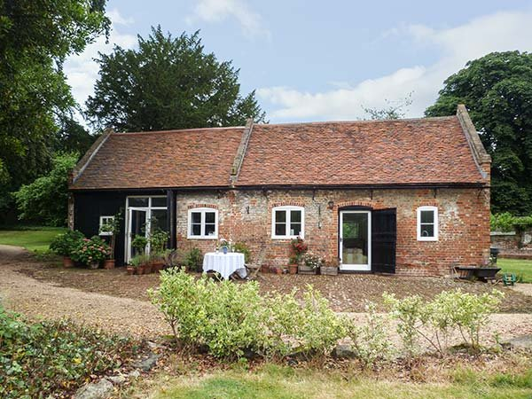 THE STABLES, in grounds of Upnor Castle House, parking, private garden, use of swimming pool, in Rochester, Ref 919503 - Image 1 - Rochester - rentals