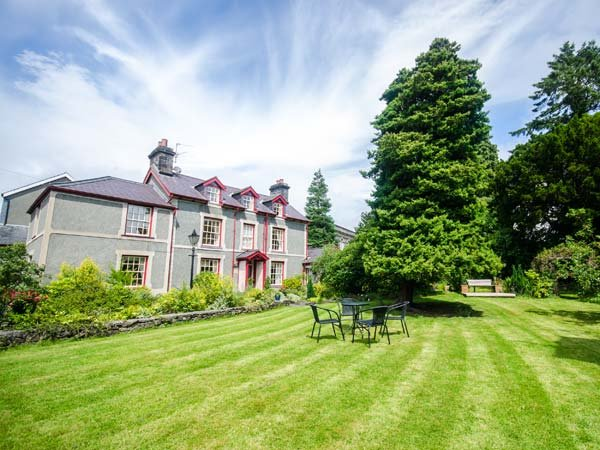 BODUNIG detached, family-friendly, en-suites, garden, WiFi, in Llanrwst Ref - Image 1 - Llanrwst - rentals