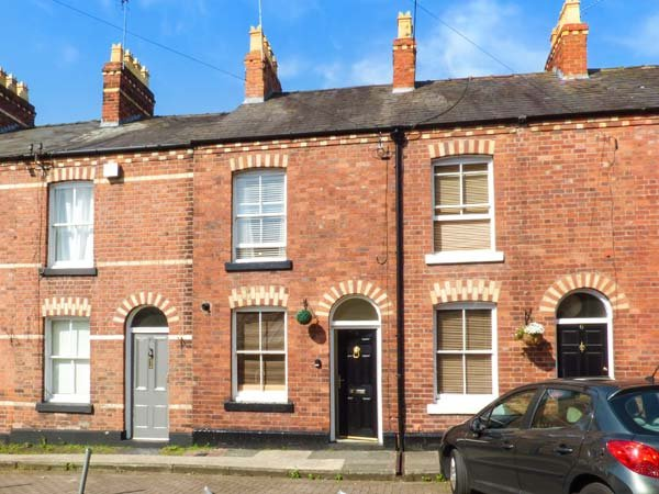 CANNING HOUSE, mid-terrace, pet-friendly, off road parking, private patio, in Chester, Ref 942083 - Image 1 - Chester - rentals
