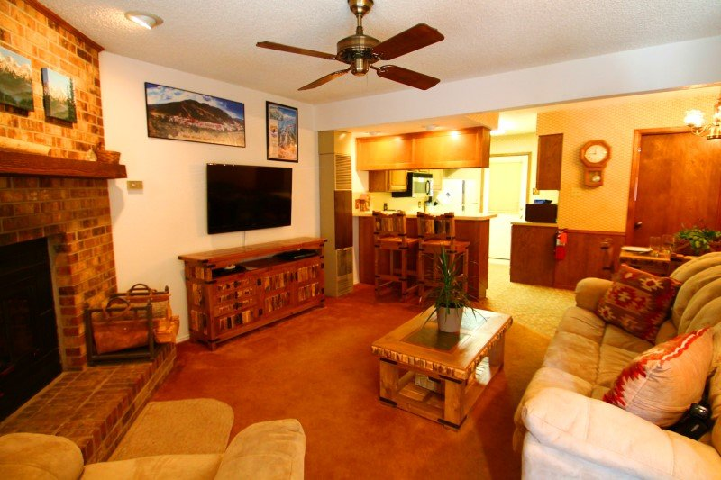 Grandview Townhouse #10 - In Town, King Bed, WiFi, Satellite TV, Washer/Dryer - Image 1 - Red River - rentals