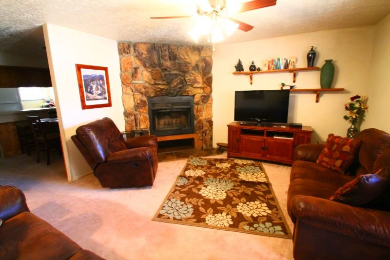 Valley Condos #123 - King Bed, WiFi, Fireplace-Wood, Washer/Dryer, Community Hot Tubs, Creek - Image 1 - Red River - rentals