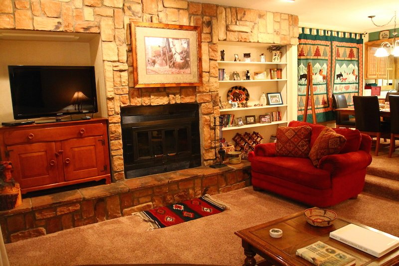 Claim Jumper Townhouse #10 - In Town, Ski In/Out, On the River, Next to Ponds, WiFi, Washer/Dryer - Image 1 - Red River - rentals