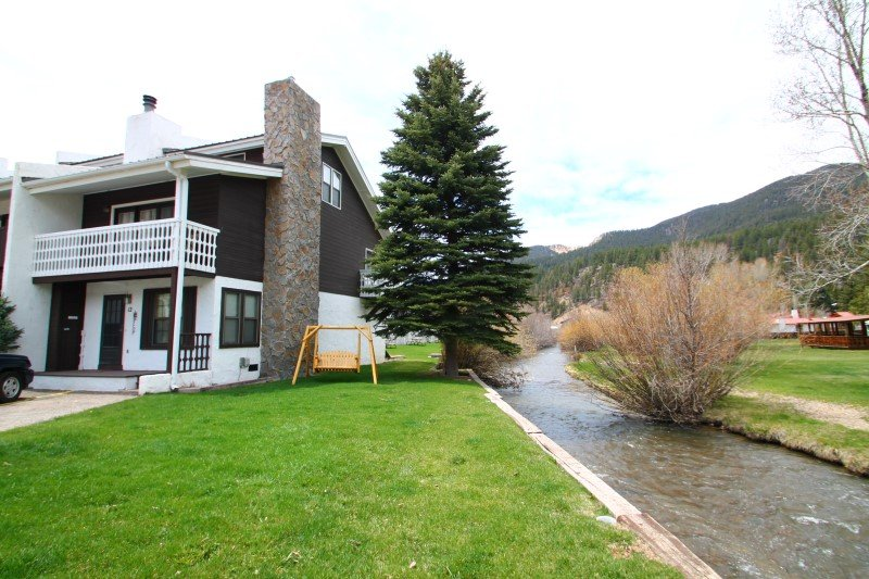 Claim Jumper Townhouse #12 - Corner Unit on the River, Next to Ponds, Ski In/Out, WiFi, Washer/Dryer - Image 1 - Red River - rentals