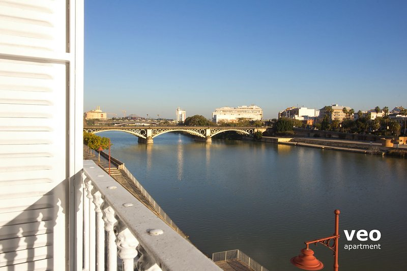 Two-bedroom apartment has wonderful views over the Guadalquivir River. - Betis Triana 3 | 2-bedrooms, river views, parking - Seville - rentals