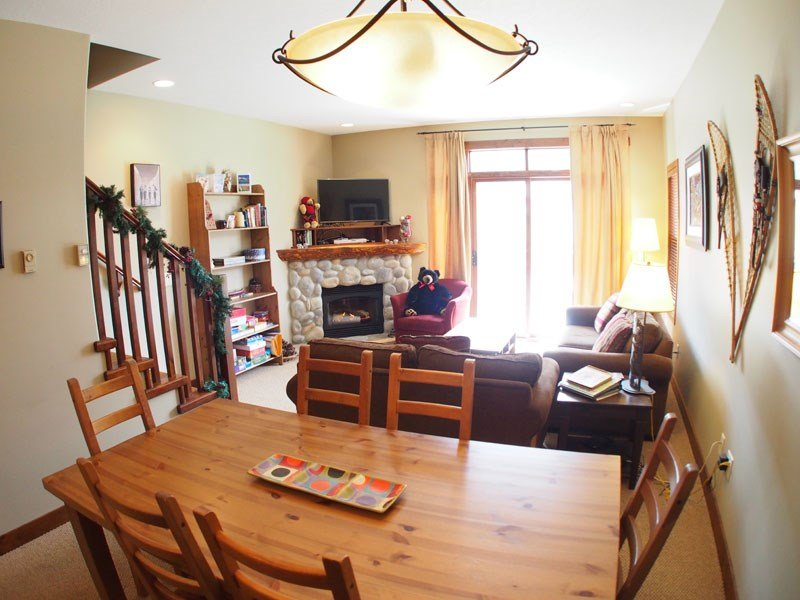 Bright, spacious living area - Sun Peaks Trappers Landing 2 Bedroom + Den Townhouse with Hot Tub - Sun Peaks - rentals