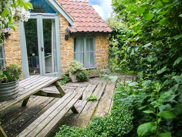 IDLERS COTTAGE, romantic, character holiday cottage, with open fire in South - Image 1 - South Petherton - rentals
