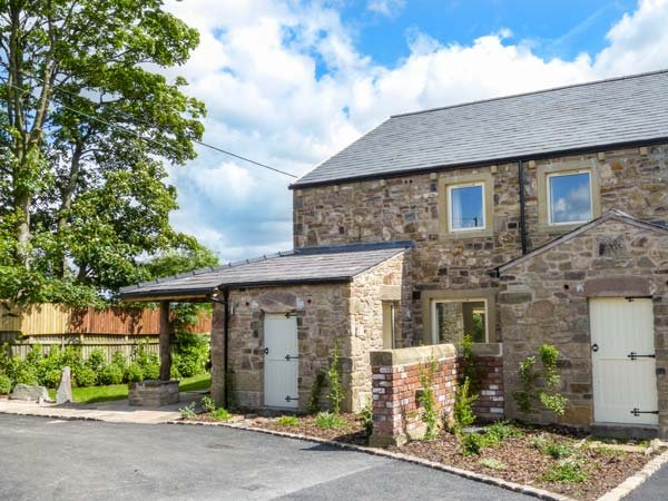 CRUMBLEHOLME, modern features, woodburner, en-suites, hot tub, in Ribchester - Image 1 - Ribchester - rentals