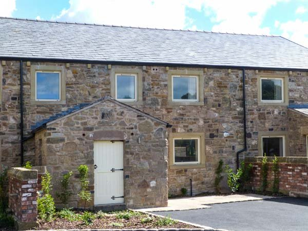 BAILEY COTTAGE, luxury property, modern comforts, woodburner, en-suites, hot tub, in Ribchester, Ref 926656 - Image 1 - Ribchester - rentals