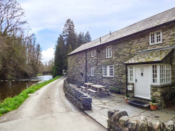 BEATER'S COTTAGE  four poster king-size double, woodurner, on-site swimming pool, sauna, Corwen Ref 926882 - Image 1 - Corwen - rentals