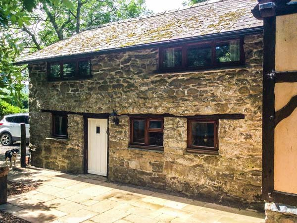 TY GWYN, barn conversion on smallholding, pet-friendly, woodburner, off road parking, in Rhayader, Ref 940757 - Image 1 - Rhayader - rentals