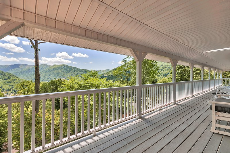 """We loved the porch with the spectacular view of the mountains in Maggie Valley."" - SPECIAL RATES! SPACIOUS FAMILY HOME & AWESOME VIEWS ONLY $149/NIGHT - Maggie Valley - rentals"