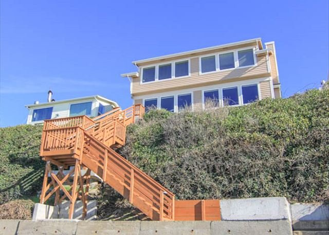 DaySea Cottage offers spectacular ocean views and spacious accommodations! - Image 1 - Lincoln City - rentals