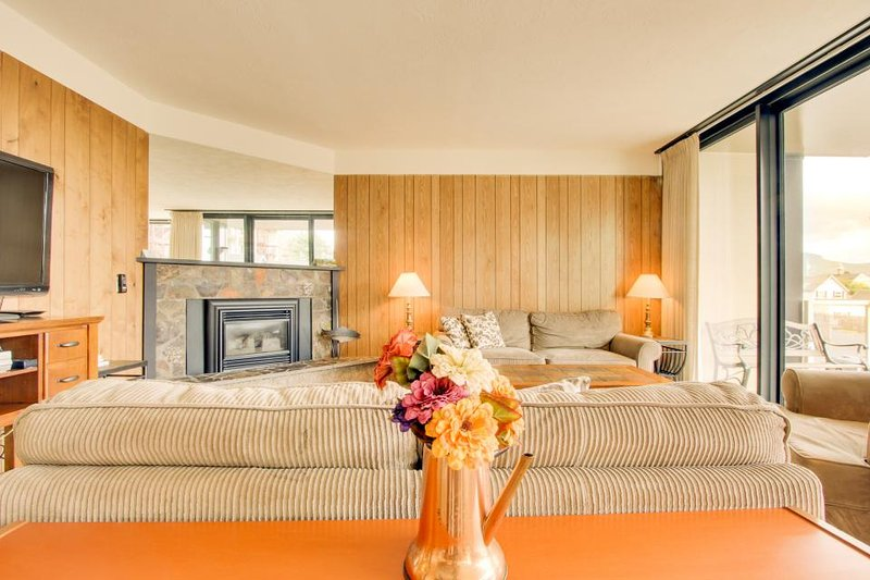Coastal condo with shared pool, sauna & fireplace! Dogs ok! - Image 1 - Seaside - rentals