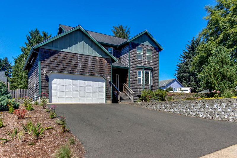 Family-friendly home w/ mountain views, close to beach! - Image 1 - Lincoln City - rentals