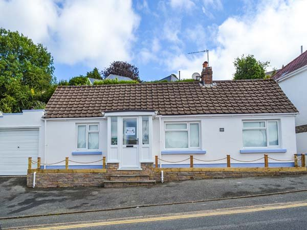 CAPTIVA COTTAGE, all ground floor, dogs welcome, parking, elevated and enclosed patio, in Saundersfoot, Ref 935039 - Image 1 - Saundersfoot - rentals