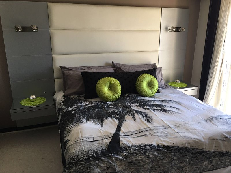 Master Bedroom - Luxury 2 Bedroomed Apartment on Cape Towns Foreshore. - Cape Town - rentals