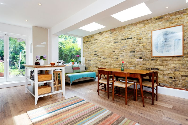 Spacious four-bedroom house tucked away just off Holloway Road. Leafy garden and moments from park. - Image 1 - London - rentals