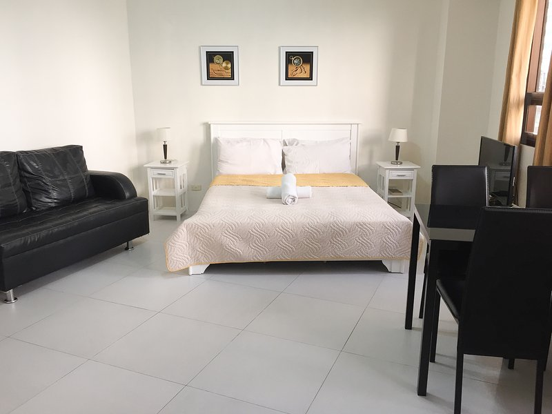 Cozy condo in Fort BGC - ICON G - Image 1 - Taguig City - rentals