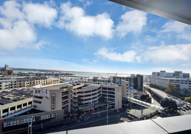 The balcony is very sunny, and has a wide view - Private serviced apartment Grand Chancellor 7th floor Auckland, north facing - Auckland - rentals
