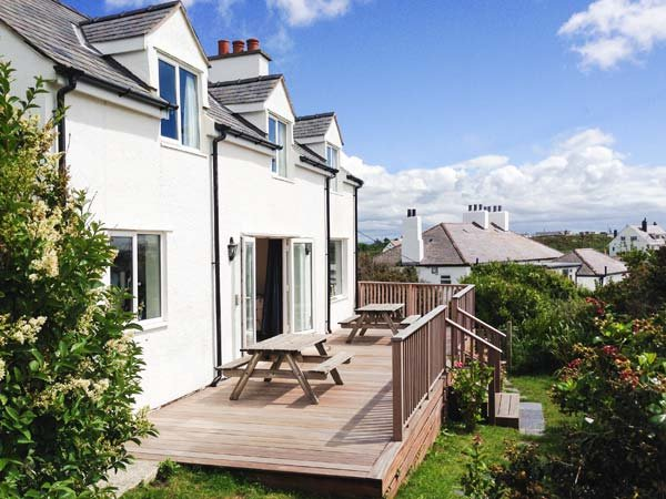 CARROG, WiFi, close to beach, garden, Trearddur Bay, Ref 18851 - Image 1 - Trearddur Bay - rentals
