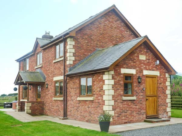 THE LODGE, detached cottage with hot tub, on livestock farm, woodburners, near Llanbister, Ref. 28862 - Image 1 - Newtown - rentals