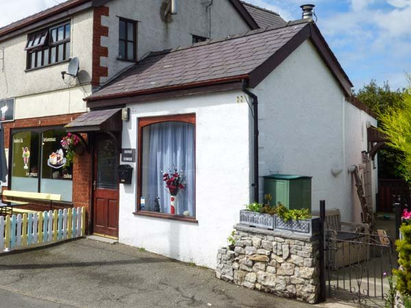 TILLY BA LOU, pets welcome, enclosed patio, woodburner, cosy cottage near walks, in Moelfre, Ref. 922677 - Image 1 - Moelfre - rentals