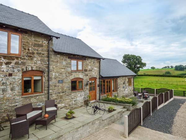 THE STABLES, private patio, WiFi, modern and comfortable, edge of working farmland, near Llanfair Caereinion, Ref. 923846 - Image 1 - Llanfair Caereinion - rentals