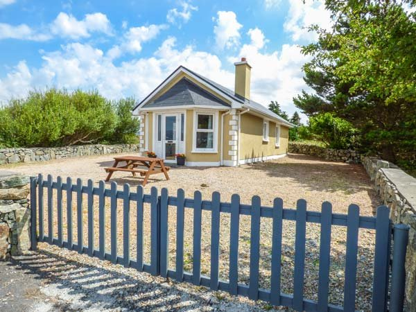 TI SHEAMUIS, detached cottage, woodburner, sea views, in Cashel, Carna, Ref 928470 - Image 1 - Carna - rentals