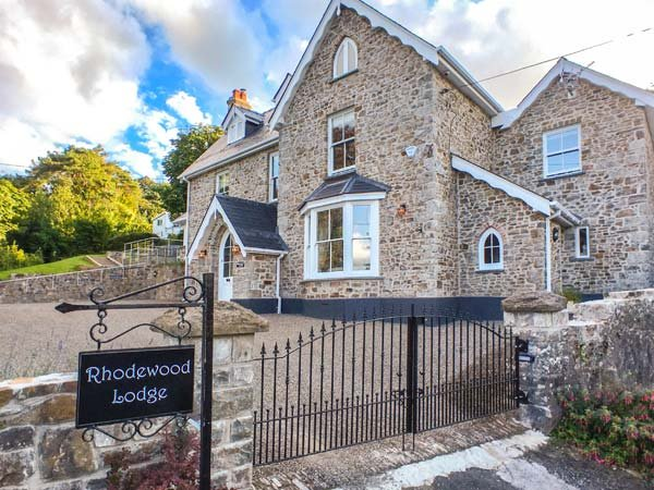 RHODEWOOD LODGE, detached, en-suites, woodburner, hot tub, spacious grounds, in Saundersfoot, Ref 930473 - Image 1 - Saundersfoot - rentals