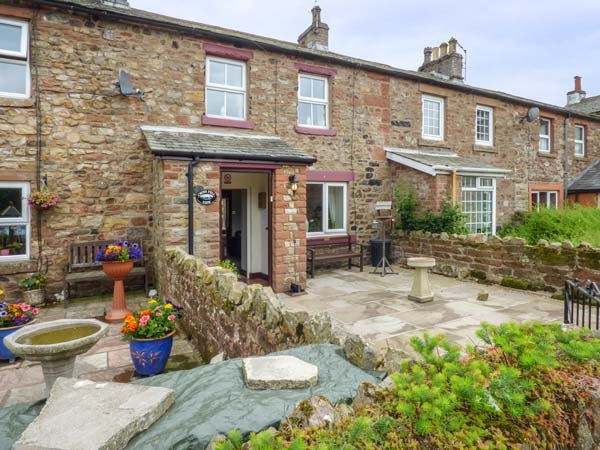 CROSS FELL VIEW, mid-terrace, woodburner, enclosed patios, WiFi, Appleby-in-Westmorland, Ref 938447 - Image 1 - Appleby In Westmorland - rentals