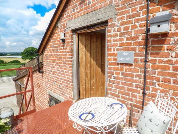 HAYLOFT, pet-friendly, on working farm, lots of walking and cycling opportunities, Lyonshall, Ref 940499 - Image 1 - Lyonshall - rentals