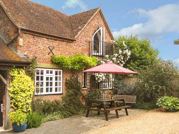 THE COACH HOUSE, detached, WiFi, woodburner, private garden, in West Grimstead, Ref 934958 - Image 1 - Whaddon - rentals