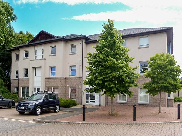 16 BISHOP'S PARK, ground floor apartment, close to river, with parking and WiFi, in Inverness, Ref 939004 - Image 1 - Inverness - rentals