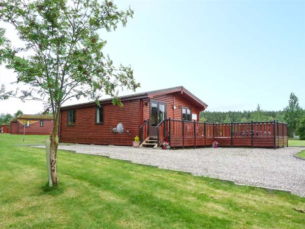 WILDCAT LODGE, log cabin, hot tub, pet-friendly, Newtonmore, Ref 939095 - Image 1 - Newtonmore - rentals